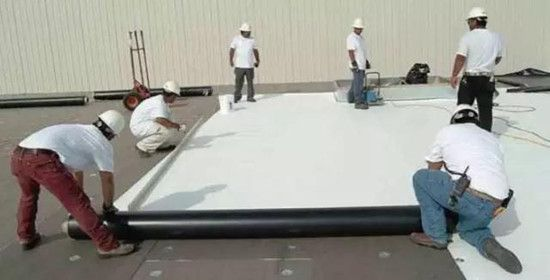 TPO屋顶防水卷材的表面为纯白色或浅色,反射性能在业内首屈一指。
